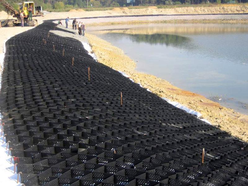 Использование георешётки позволяет обеспечить сохранность береговой линии водоёмов различного типа