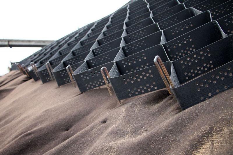 Закрепление песка на неровной поверхности