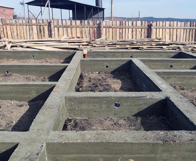 Ленточный плавающий фундамент, подготовленный для монтажа легких ограждающих конструкций
