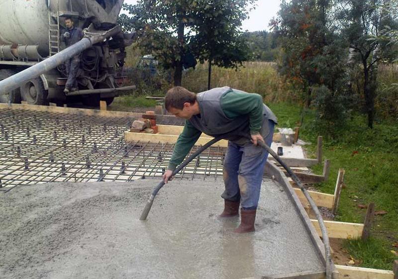 Использование бетона заводского изготовления и бетононасоса сократит время выполнения работ и обеспечит качественную заливку бетонной плиты