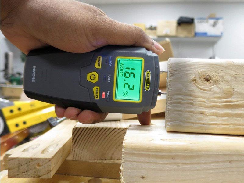 Использование влагомера позволяет контролировать качество используемых пиломатериалов