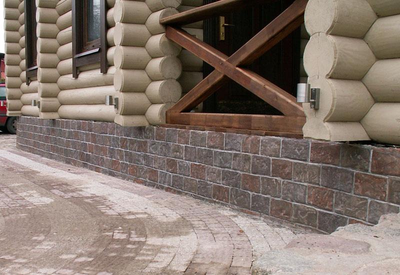 Особенно хорошо выглядит отделка цоколя искусственным камнем в деревянных домах