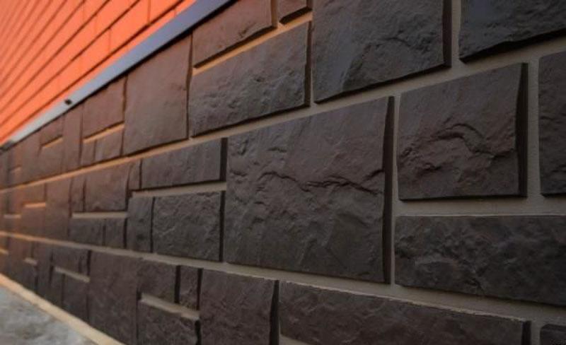 Цокольные пластиковые панели, имитирующие камень или кирпич, более плотные, чем, к примеру, сайдинг, и могут успешно эксплуатироваться не один десяток лет