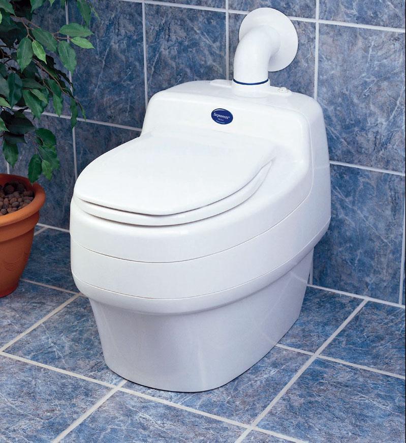 Преимущество такого туалета в том, что благодаря химической реакции в нём практически исключён неприятный запах