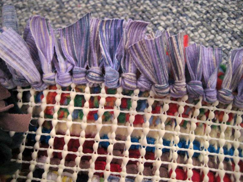 Начало работы по плетению коврика на сетке