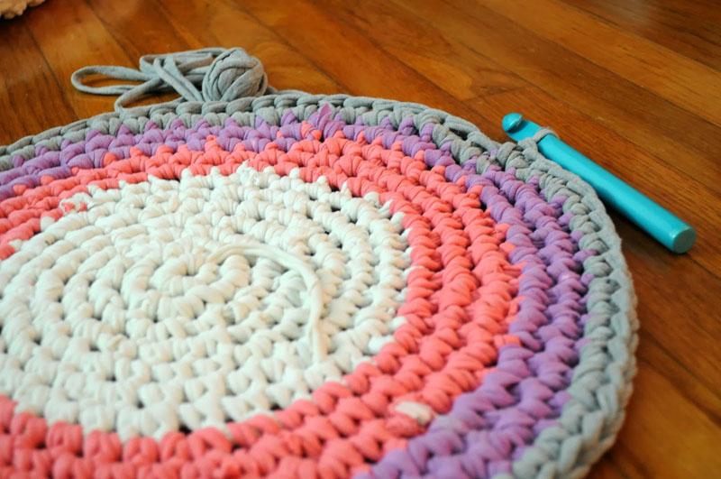 Простой круглый коврик из старых вещей, связанный крючком столиками без накидов