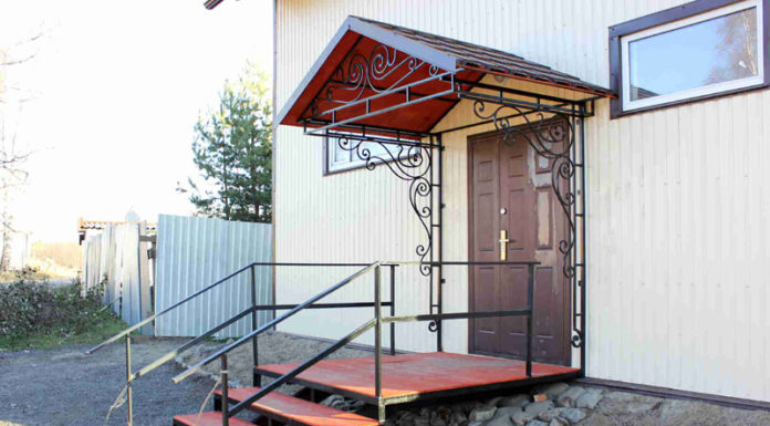 Стильное оформление фасада: козырьки и навесы над входом в дом