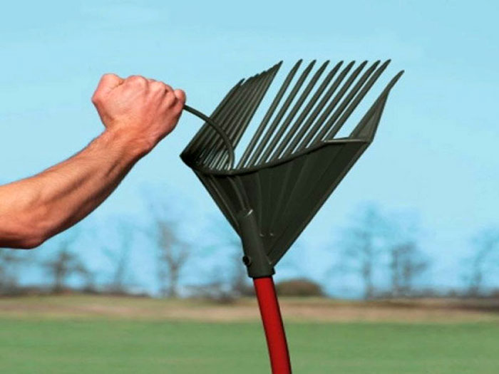RakeAssassin – это не просто лопата и грабли в одном. Этот мультитул подойдет и для уборки тины с водоема, приведет в порядок площадку для занятий спортом, к примеру, поможет разровнять песок