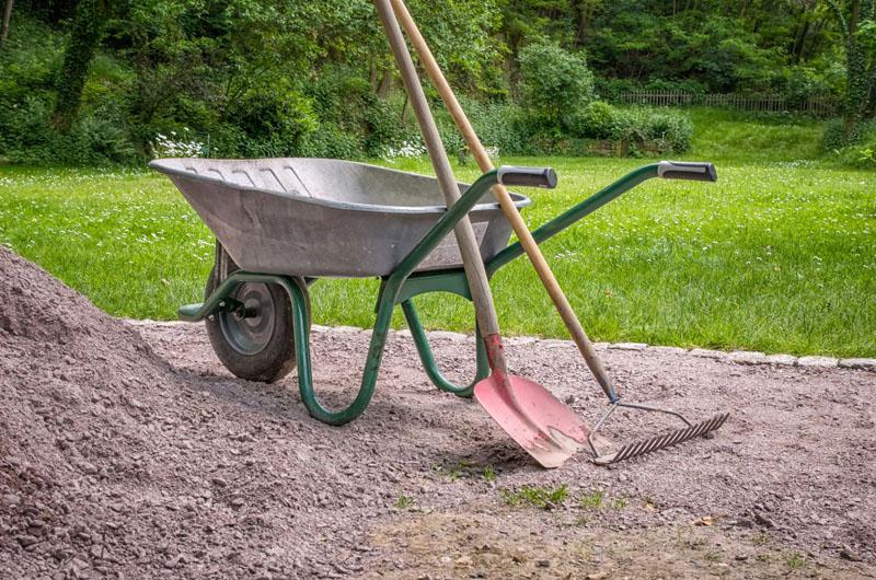 Лопата и грабли в отдельности, конечно, справляются со своими задачами, однако, чтобы принести нужный инструмент уходит время