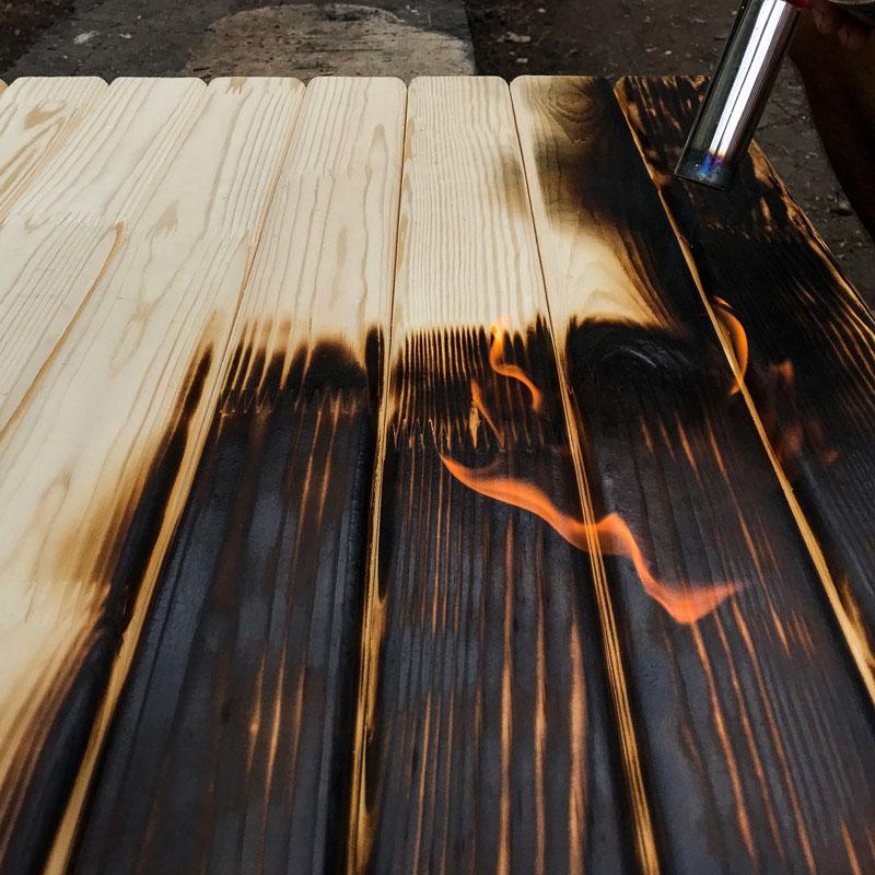 Именно поэтому в процессе обработки важно следить, чтобы горелка для обжига дерева не находилась слишком близко к обрабатываемой поверхности