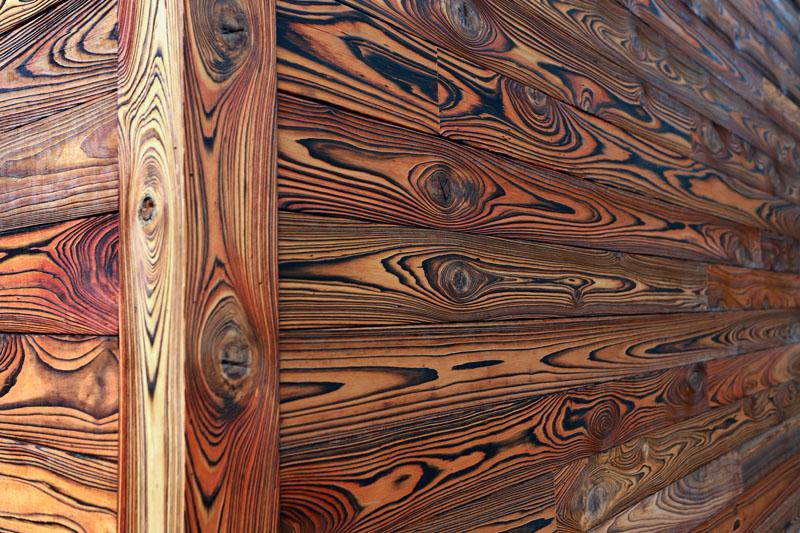 Текстура пиломатериала приобретает интересный рисунок: неповторимый, стильный, броский
