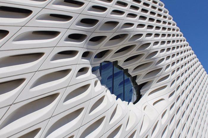 Благодаря армирующим элементам, материалу можно придать любую форму. А срок гарантии строений, возведенных их фибробетона превышает обычные показатели в несколько раз