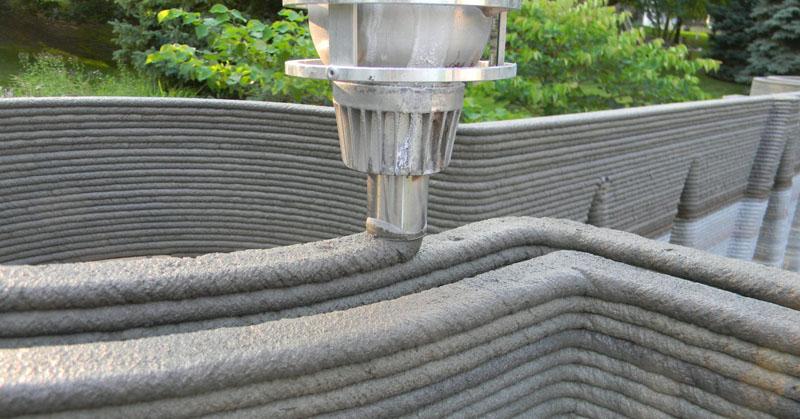 Из сопла с определенной скоростью подается строительная смесь, которая равномерно, слоями распределяется по периметру возводимой конструкции