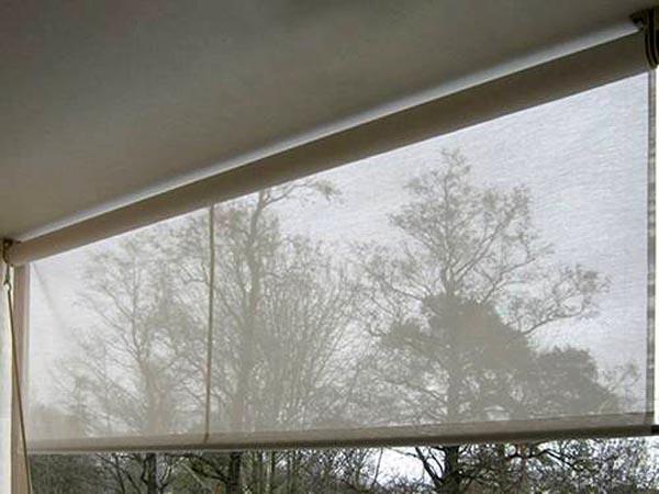 Эстетика и функциональность: как правильно установить рулонные шторы на пластиковые окна без сверления