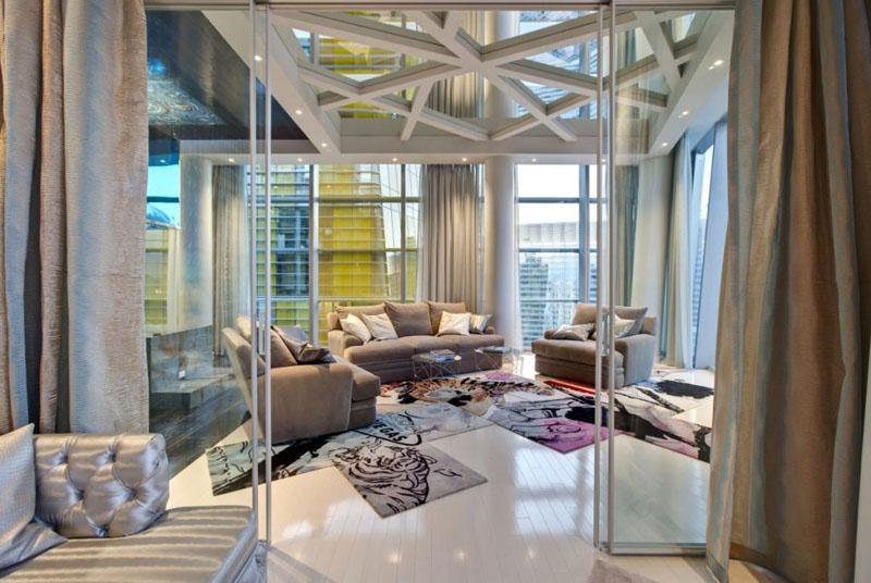 Зеркало в гостиной отлично отражает свет, делая помещение более светлым и просторным