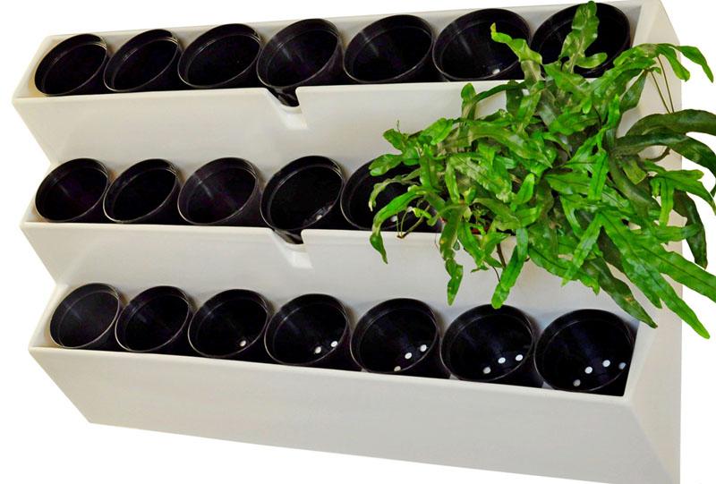 Можно закрепить эти кашпо просто на стене или сделать опору из дерева, металла или пластика
