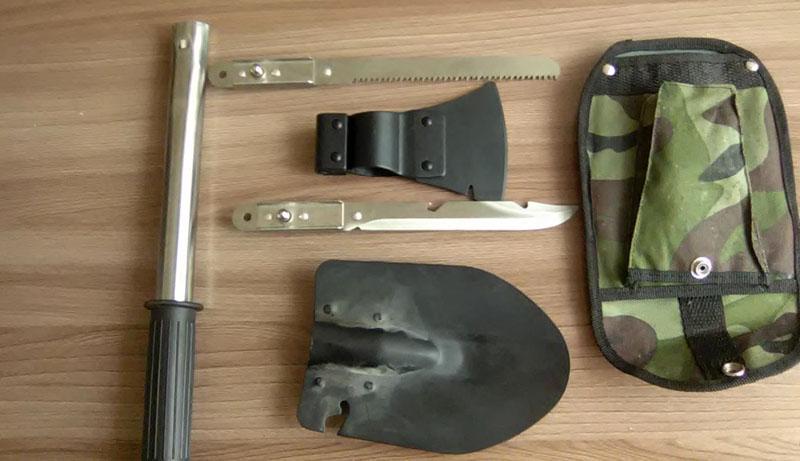 Габариты инструмента вполне ожидаемы с учетом необходимости использовать рукоять: длина в рабочем состоянии – 470 мм, рабочий черенок – 340 мм, лезвие ножа и ножовки – 160 мм и 180 мм