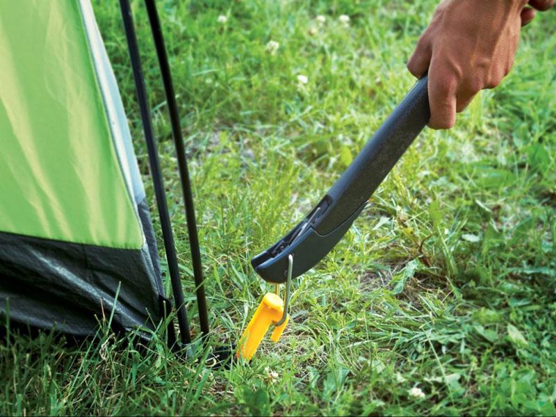 Конструкция пуллера (внешне он напоминает карабин) проста, однако крепление очень прочно и позволяет выдержать большую нагрузку, к примеру, освободить колышки из промерзшей почвы