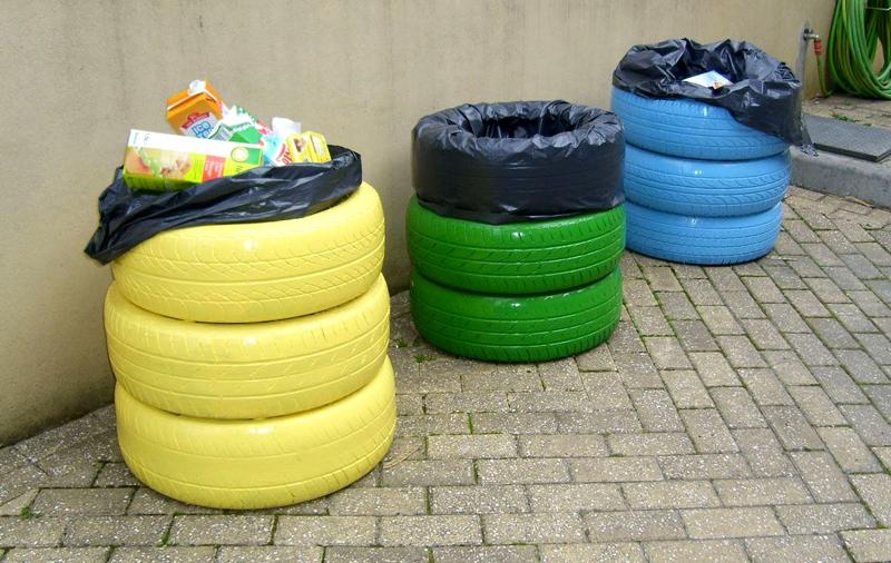 Аккуратные и яркие мусорные баки из автомобильных шин явно впишутся в дизайн дачного дворика