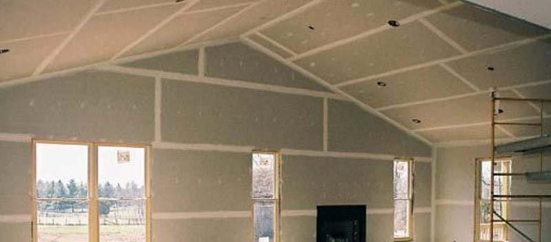 При обшивке ограждающих конструкций в каркасном домостроении