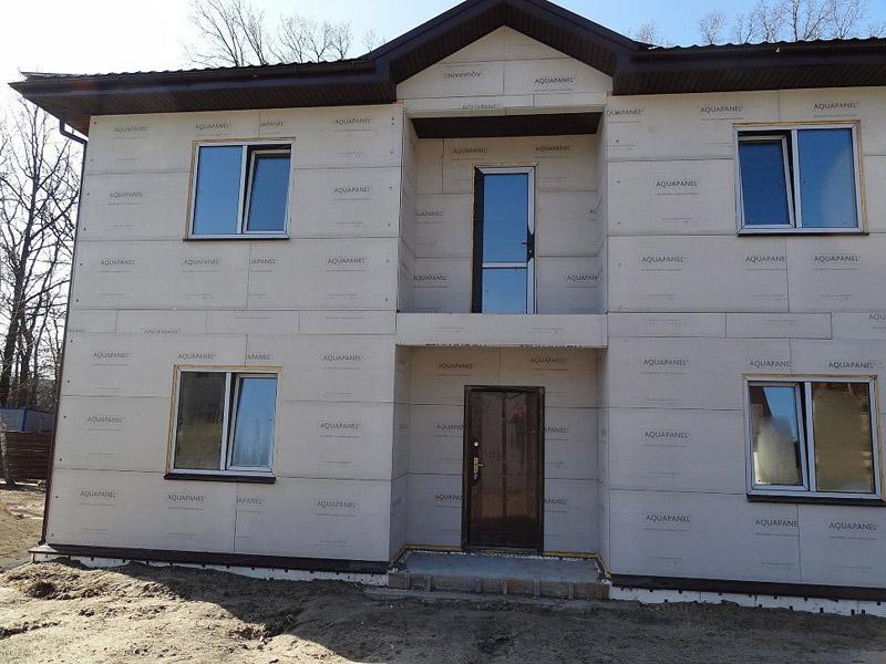 Фасад жилого дома, обшитый с использованием аквапанелей