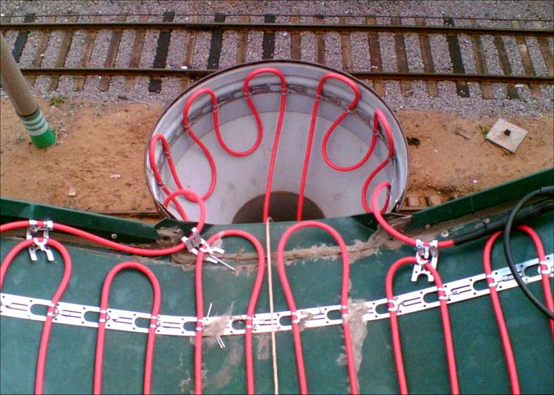 Использование греющего кабеля позволит избежать ледяных пробок в водоотводной системе кровли
