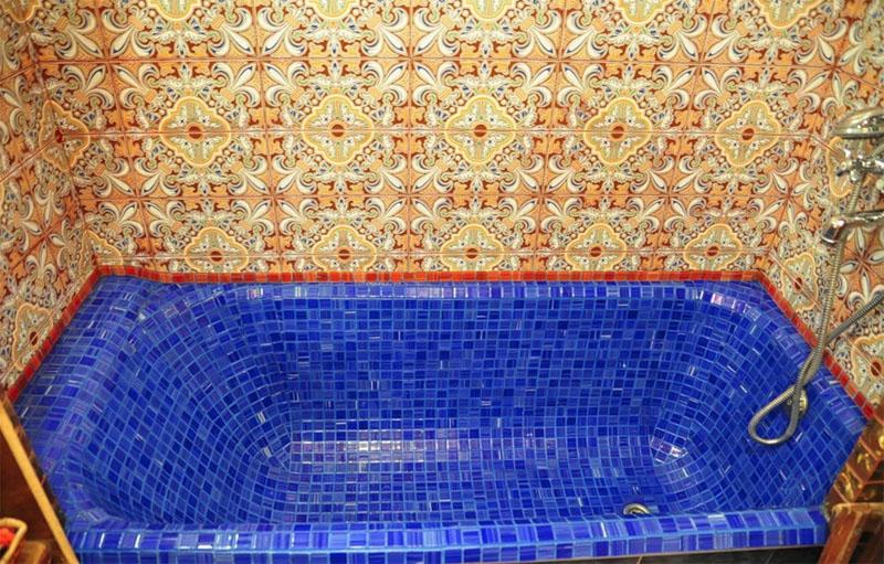 При выборе вкладыша или покупки новой ванны следует исходить из её состояния и финансовых возможностей