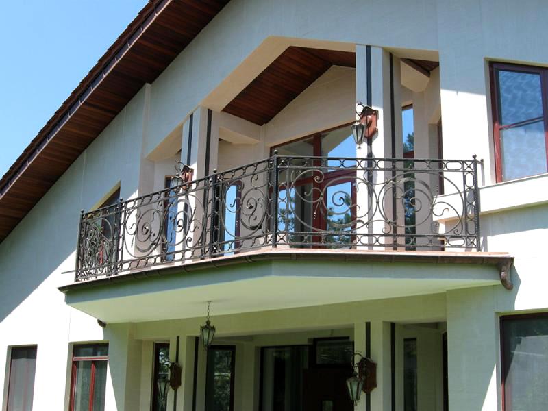 При обустройстве балкона не забывайте о нагрузке на несущие стены и опоры