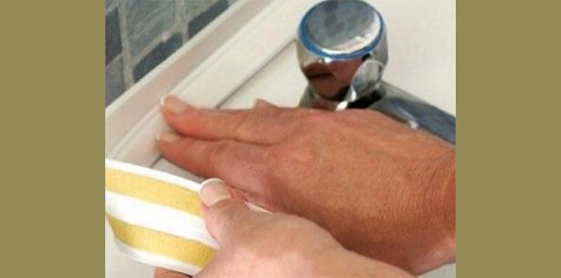 Для подобных целей можно использовать специальную ленту-уголок, на которую уже нанесён клеевой состав