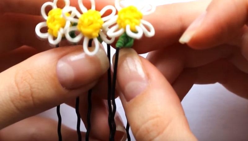 Готовую ромашку закрепить на шпильке или заколке