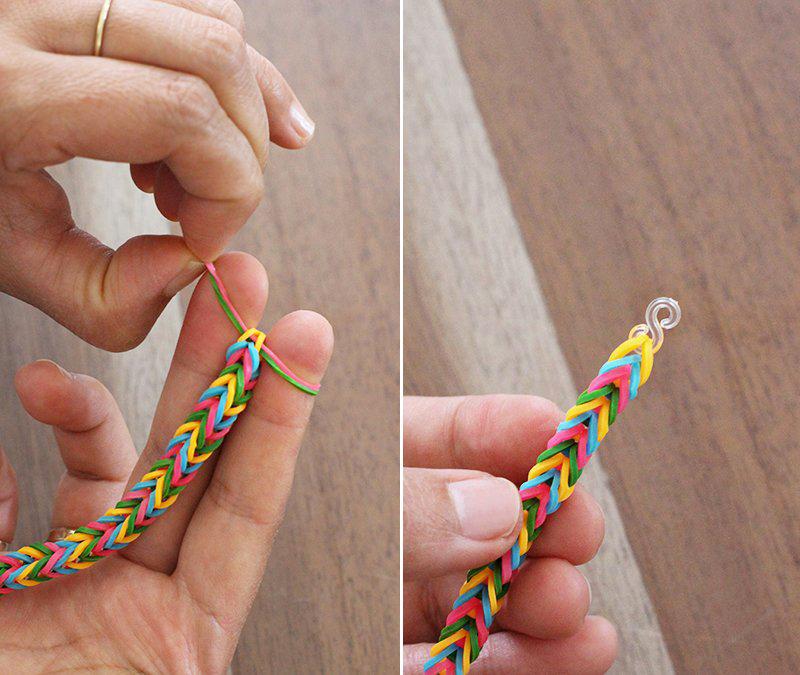 После того, как сплетете изделие необходимой длины, снимите две петли, а к последней резиночке закрепите S-образную застежку