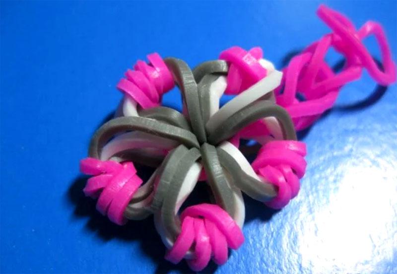 Сплести из резинок фиолетового цвета цепочку