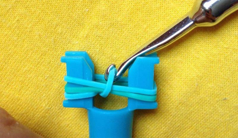 Последовательность действий на рогатке аналогична плетению на пальцах