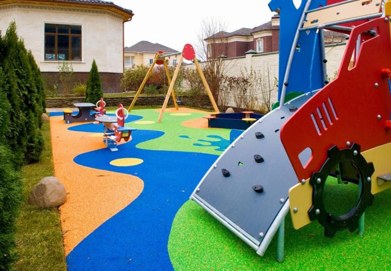 Детская площадка должна быть окрашена яркими красками – по мнению психологов, это развивает воображение и настраивает на игру