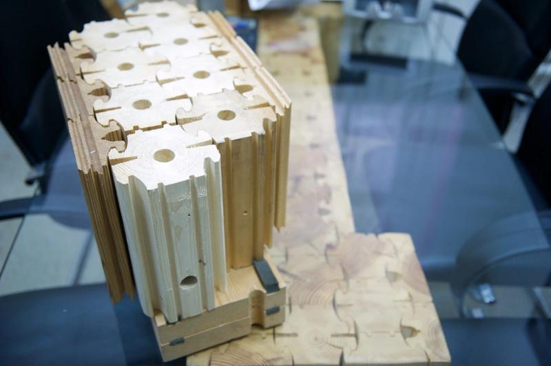 В соответствии с проектом, часть элементов распиливается на отрезки нужной длины. Во всех элементах должны быть готовые отверстия под нагели