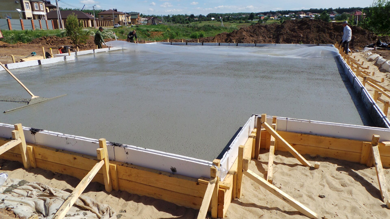 Если дом расположен на участках с болотистым или зыбучим грунтом, правильным решением будет плитное основание
