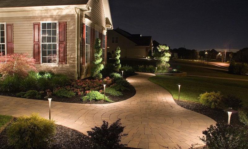 Светильники на солнечных батареях будут прекрасно освещать двор