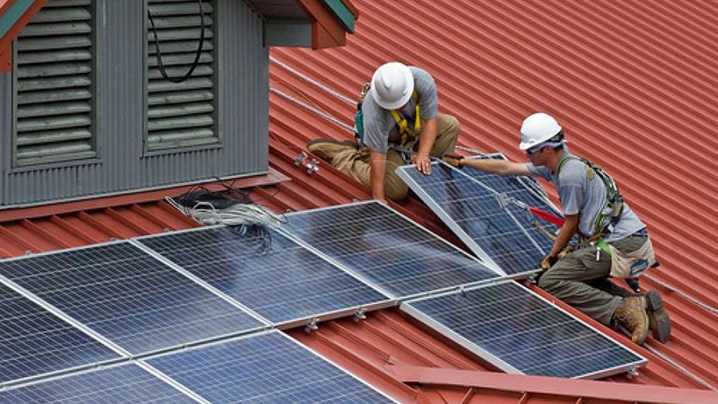 Монтаж солнечных батарей несложен, однако технику безопасности никто не отменял