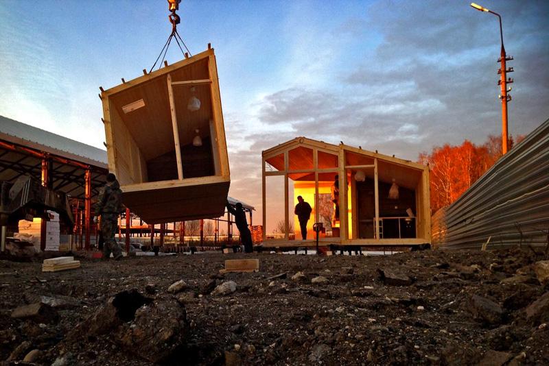 Отдельные модули собираются вместе уже на строительной площадке, на заранее подготовленном фундаменте
