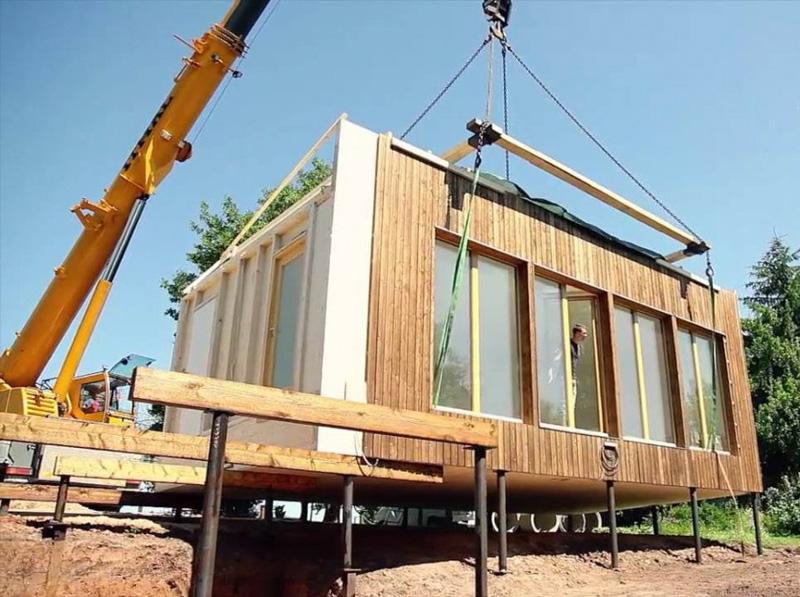 Готовые модули, в каждом из которых может быть от половины комнаты до трёх изолированных помещений, привозят на грузовых платформах и переносят краном на заранее подготовленный фундамент