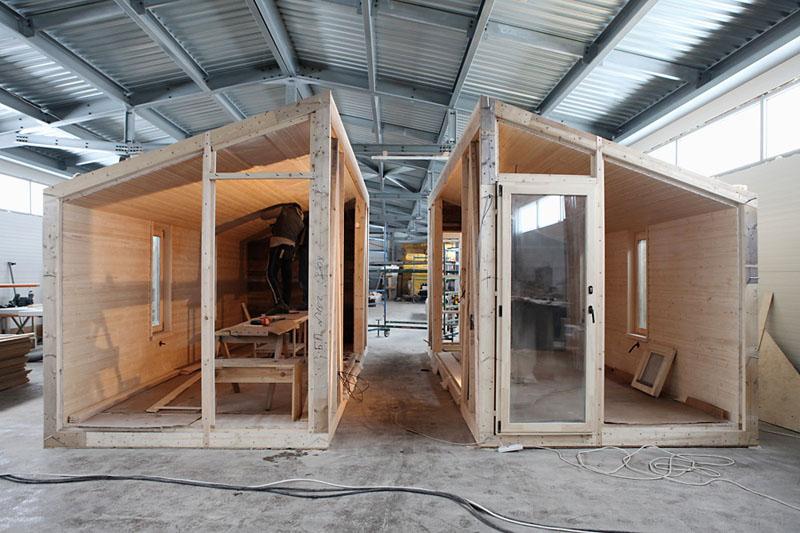 Дома имеют минималистичный дизайн, их общая площадь, как правило, не превышает 100 м², а число этажей ограничено двумя (причём преобладают одноэтажные шале)