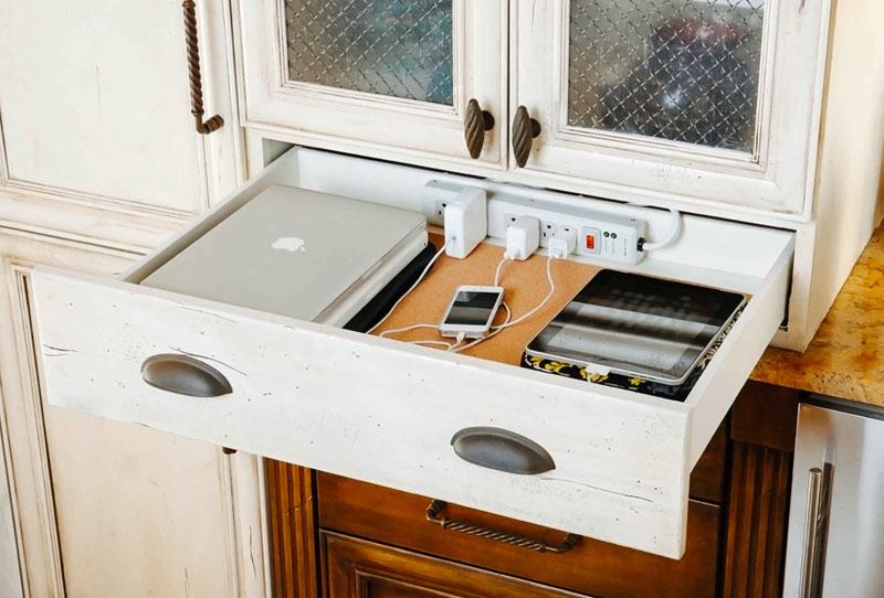 На кухне можно организовать даже место для зарядки гаджетов