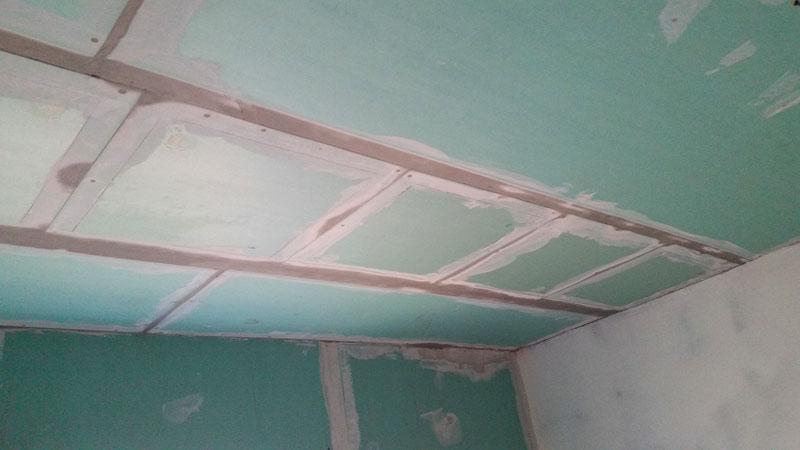 Обычно такими ИК-панелями монтируют не весь потолок, а только его элементы, обычно центральную или боковые, добиваясь оптимальной температуры обогрева