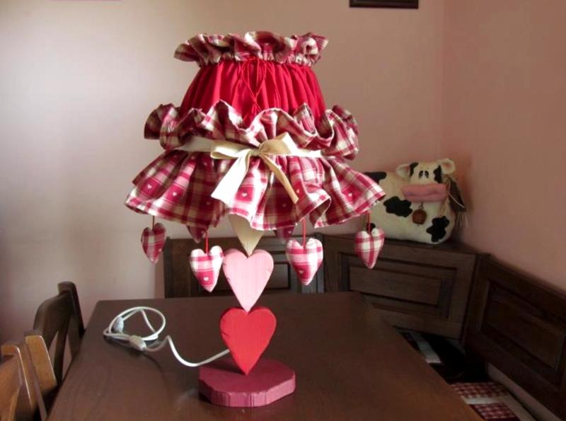 Прекрасный светильник с абажуром в виде юбки подойдет в комнату девочки