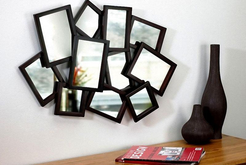Замените обычное зеркало композицией из нескольких рамок