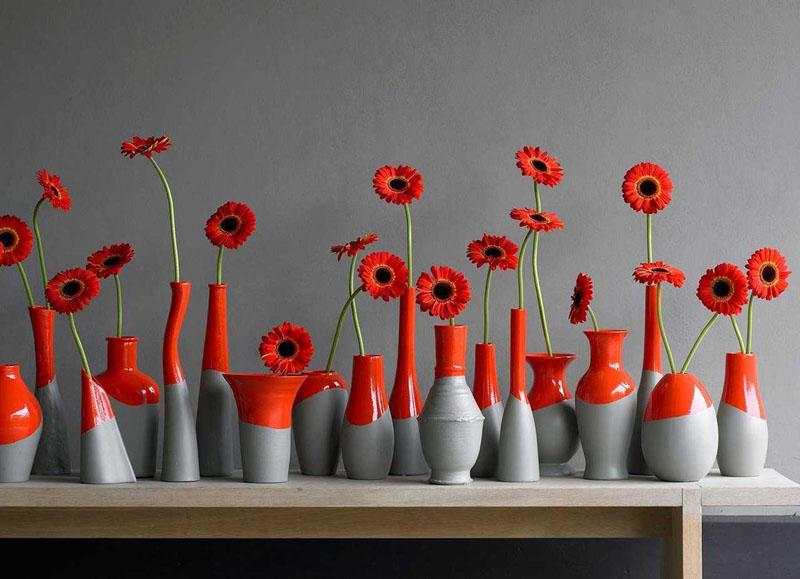 Композиция из нескольких вазочек окрашенных в яркий цвет будет напоминать о лете зимними вечерами