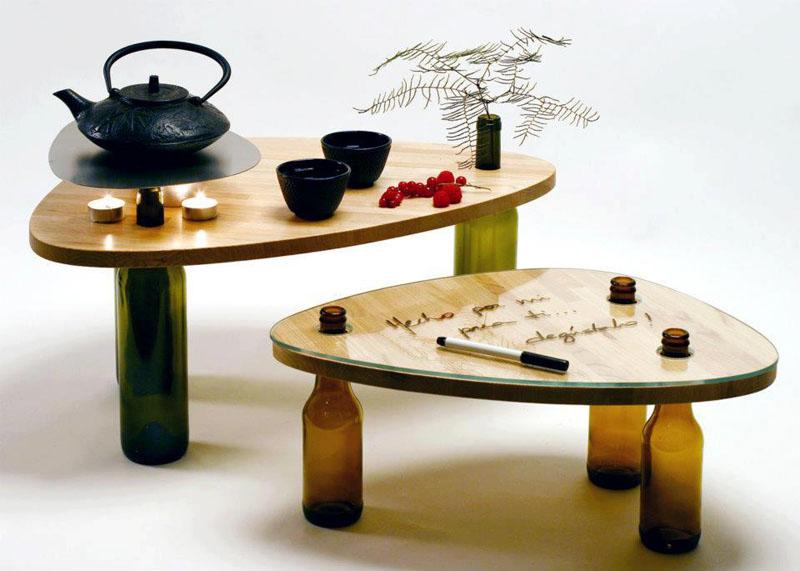 Романтический уголок можно создать с помощью столика на ножках из старых бутылок