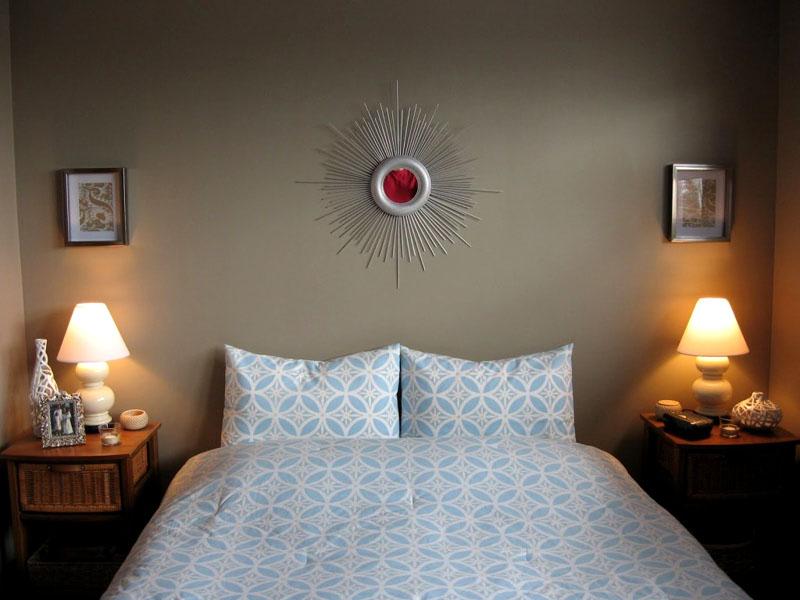Над кроватью можно повесить часы, зеркало или фото в рамке из пластмассовых трубочек разной длины, покрашенных серебряной краской