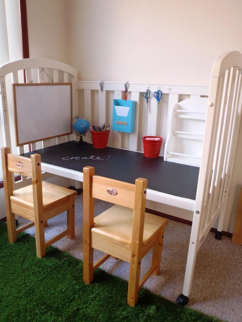 Из старой детской кроватки можно сделать письменный стол