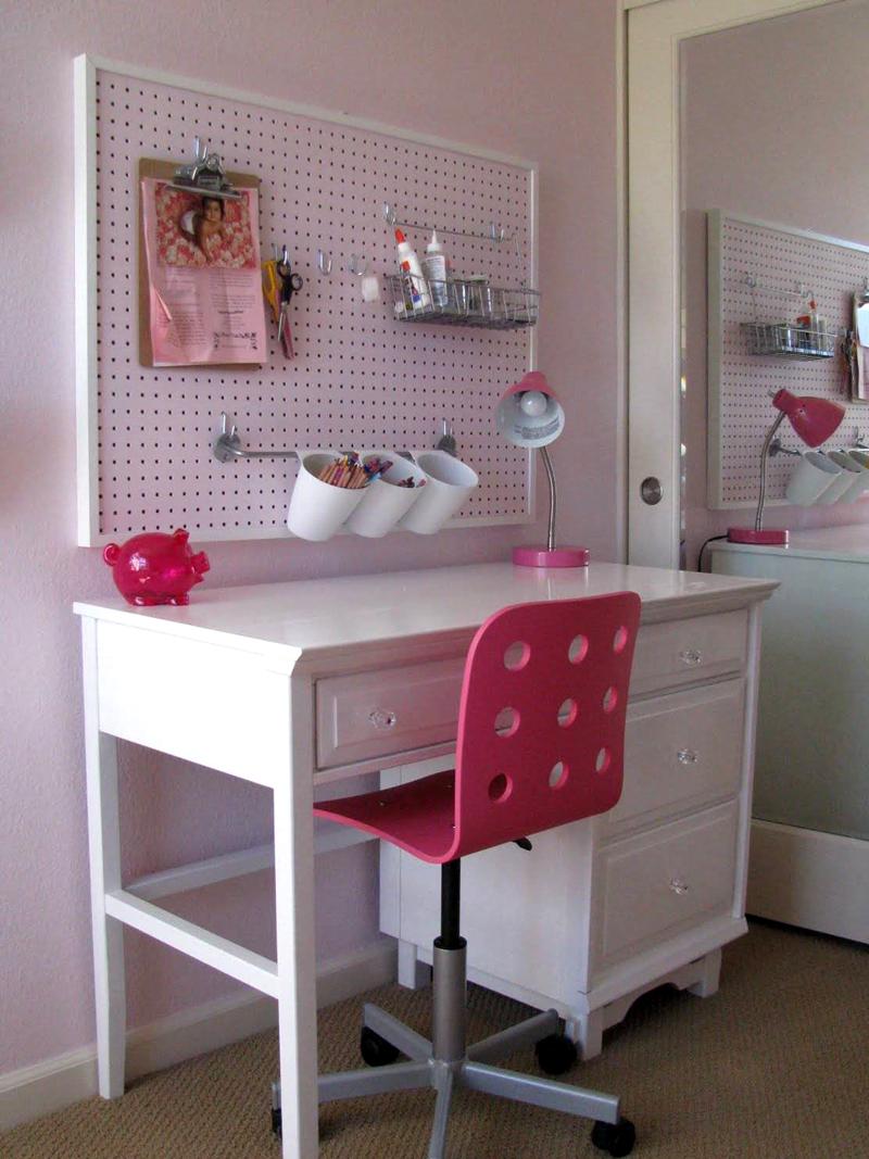 Сделайте над столом панно-органайзер с перфорированной поверхностью, на котором можно компактно хранить все принадлежности